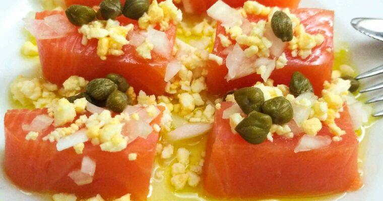 Ensalada de salmón ahumado con huevo y alcaparras