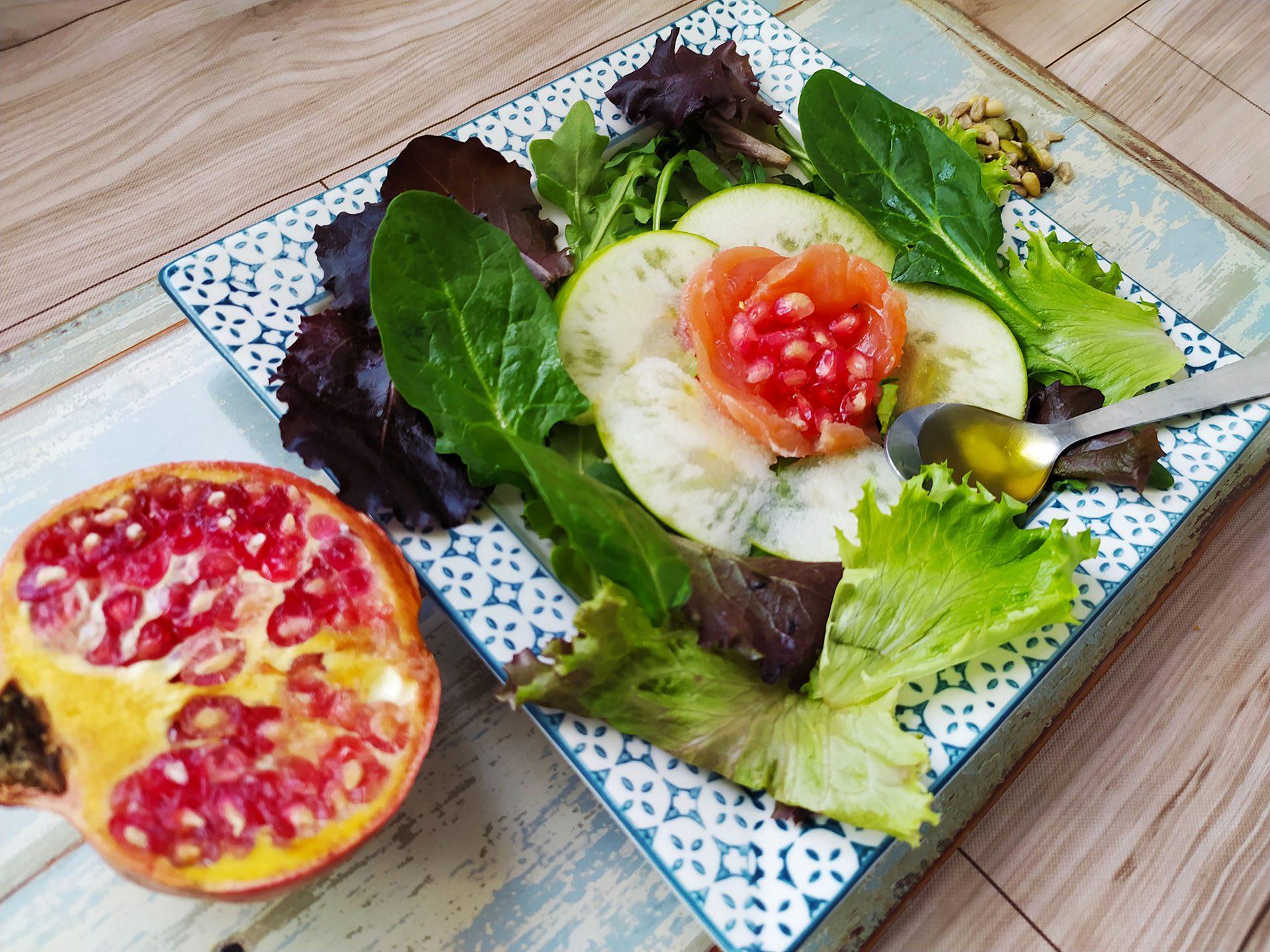 Una original ensalada de salmón ahumado, granada y manzana